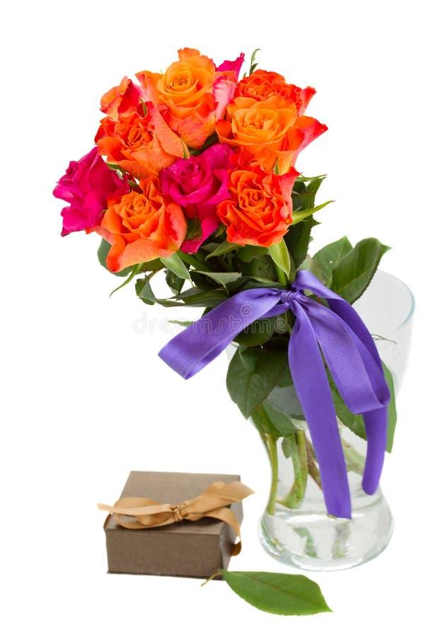 玫瑰花束在花瓶和礼物盒的 库存照片