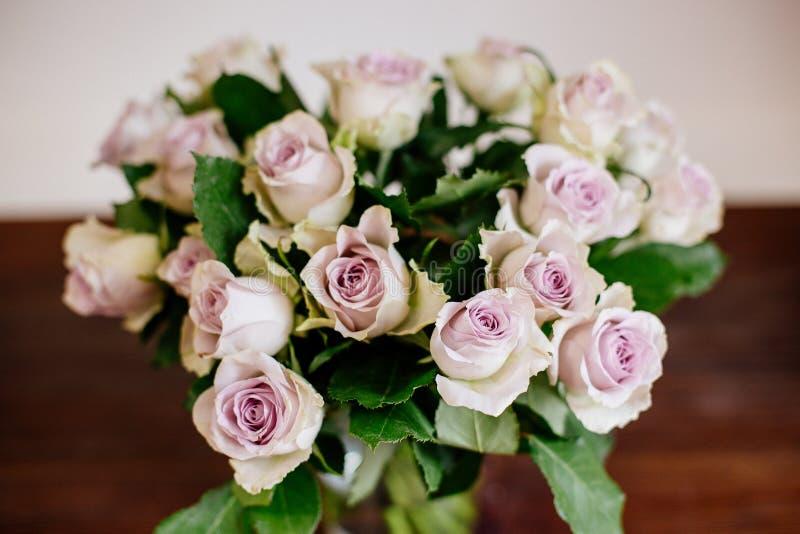 玫瑰花束在花瓶的 免版税库存照片