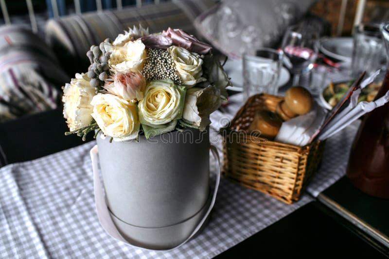 玫瑰花束在金属桶的 库存照片