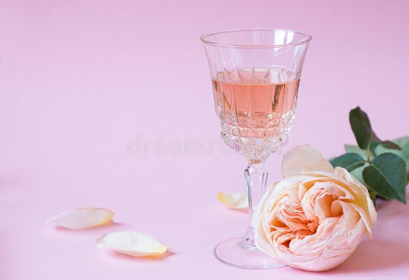 玫瑰酒红色关闭玻璃  库存图片