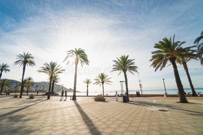 玫瑰,西班牙- 12 08 2018年:好天气在玫瑰城市,在Cap de Creus半岛 免版税库存图片