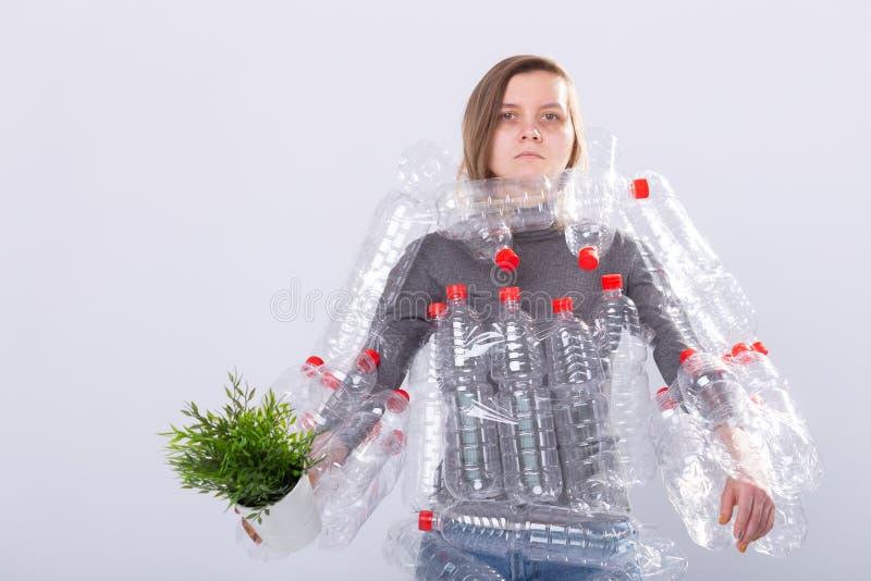 环保、人们和可再循环的塑料概念-被用尽的妇女担忧环境灾害 库存照片