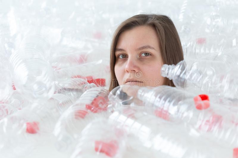 环保、人们和可再循环的塑料概念-被用尽的妇女担忧环境灾害 免版税库存照片