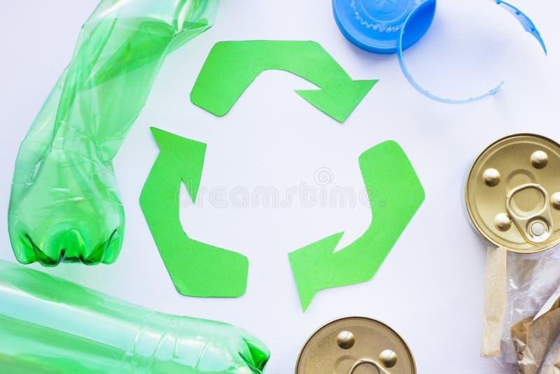 环保,生态和回收概念,回收标志、笔记薄和垃圾在白色背景 图库摄影