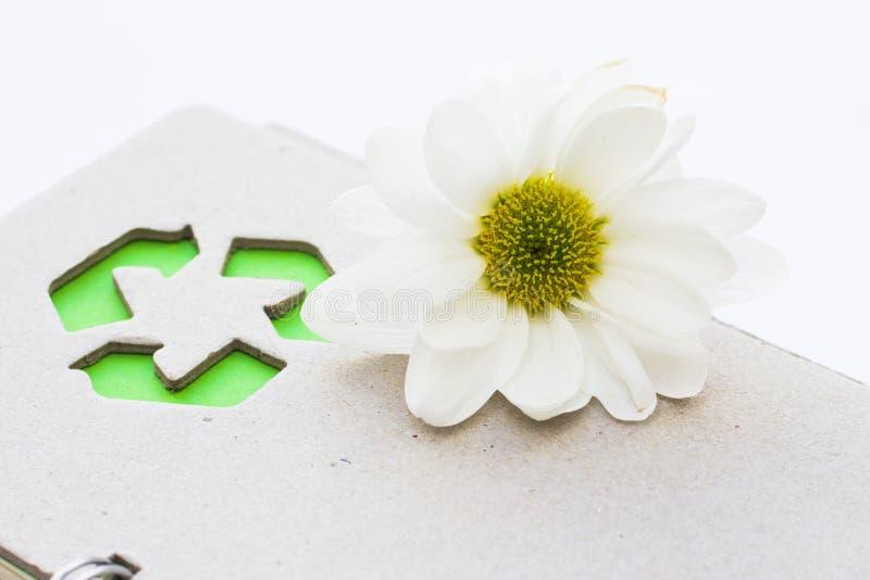 环保,生态和回收概念,回收标志、笔记薄和垃圾在白色背景 库存照片