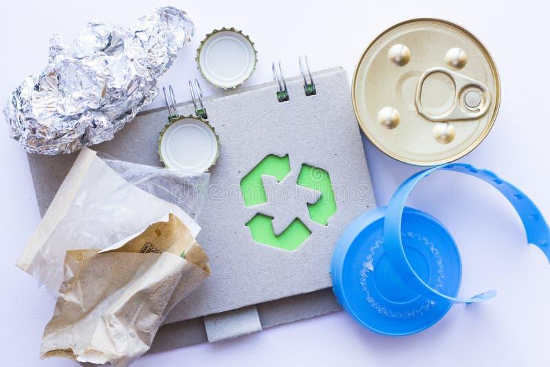 环保,生态和回收概念,回收标志、笔记薄和垃圾在白色背景 库存图片