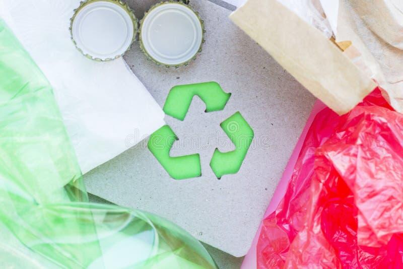 环保,生态和回收概念,回收标志、笔记薄和垃圾在白色背景 免版税库存图片