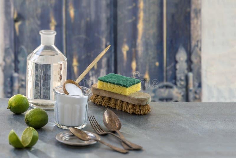 环境友好的自然擦净剂发面苏打、柠檬和布料在木桌厨房背景, 免版税库存图片