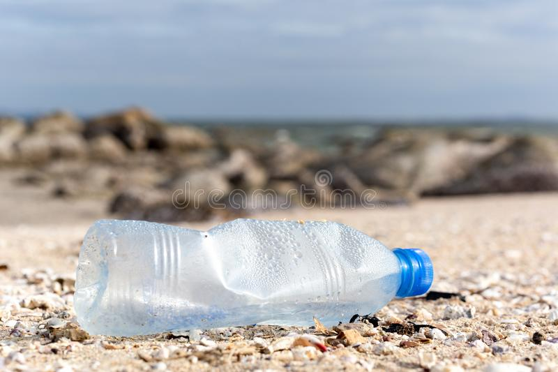 环境概念塑料瓶的垃圾污染在海滩的 免版税库存图片