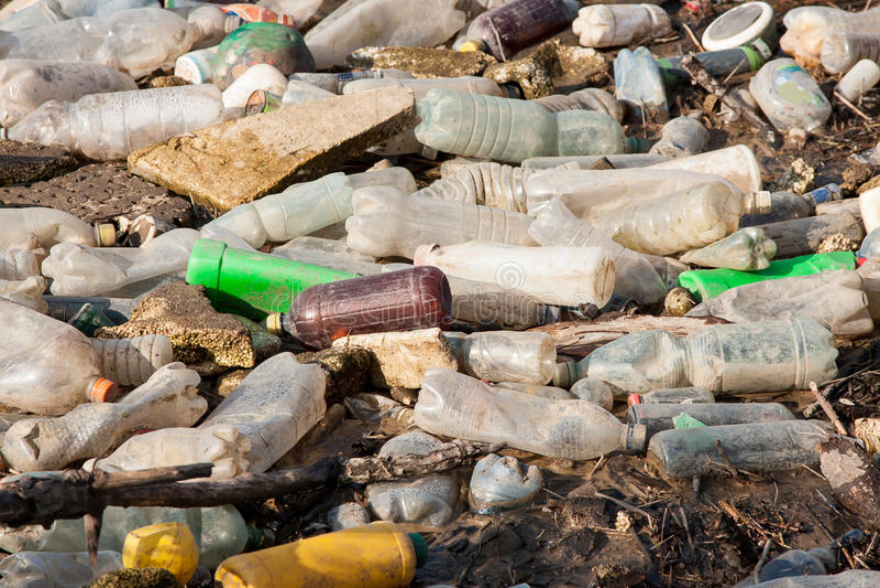 环境污染.在非法转储的塑料瓶图片