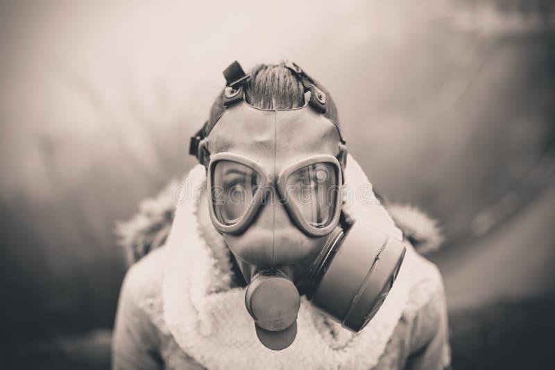 环境灾害 妇女呼吸的低谷防毒面具,健康处于危险中 污染的概念 免版税库存照片