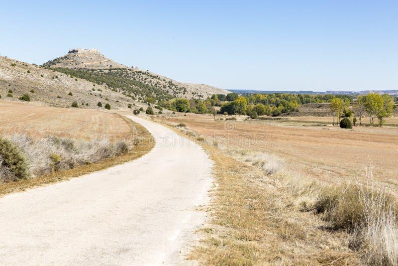 环境美化与乡下公路和城堡的看法在戈尔马斯 图库摄影