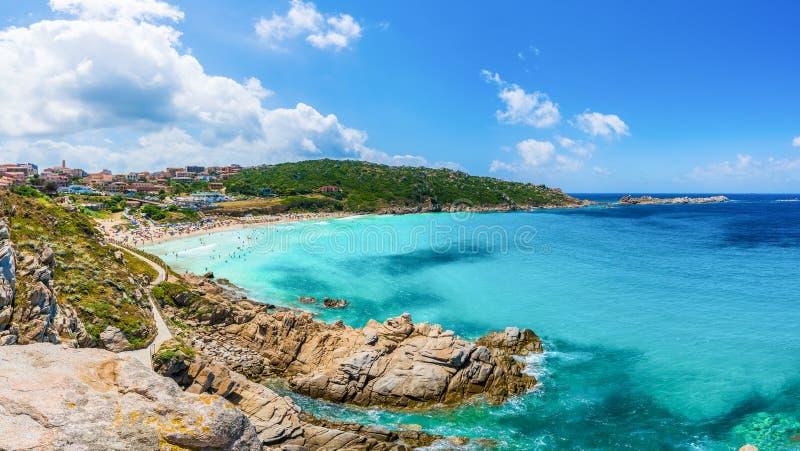 环境美化与圣泰雷萨加卢拉和里纳比安卡海滩,撒丁岛海岛,意大利 免版税库存照片