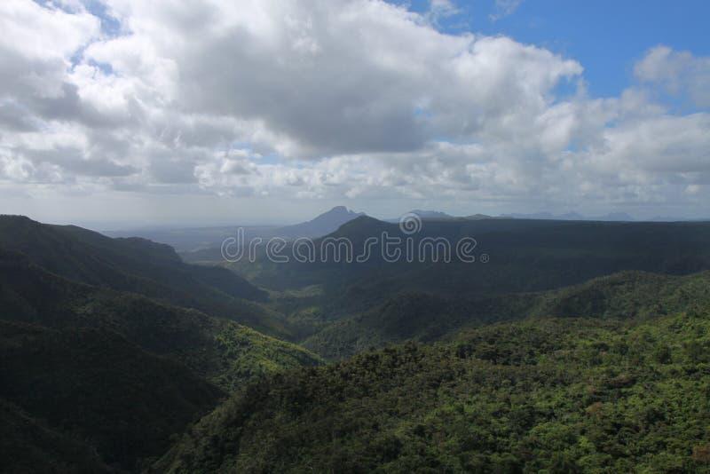 环境美化与在毛里求斯的海岛上的一座山 免版税库存图片