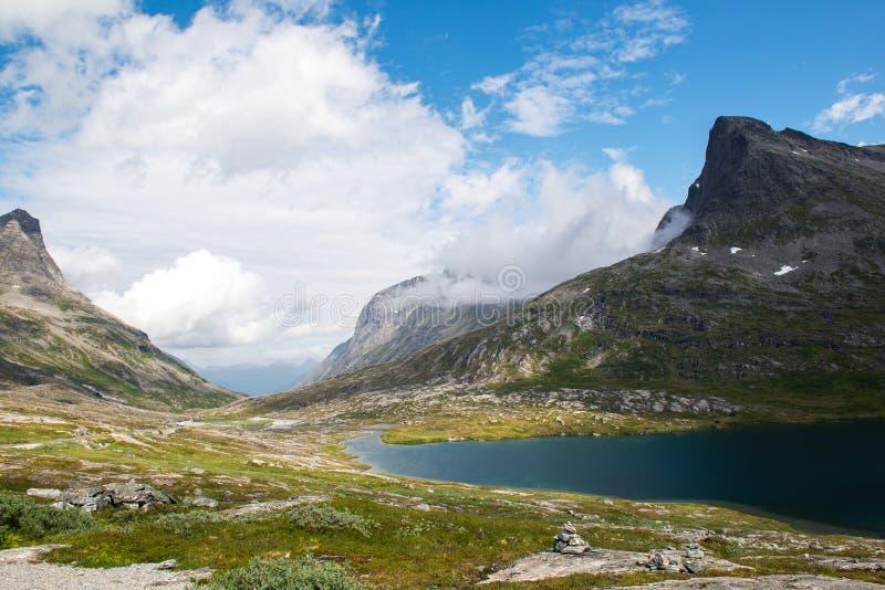 环境美化与山和山湖在Trollstigen,挪威附近 免版税库存图片