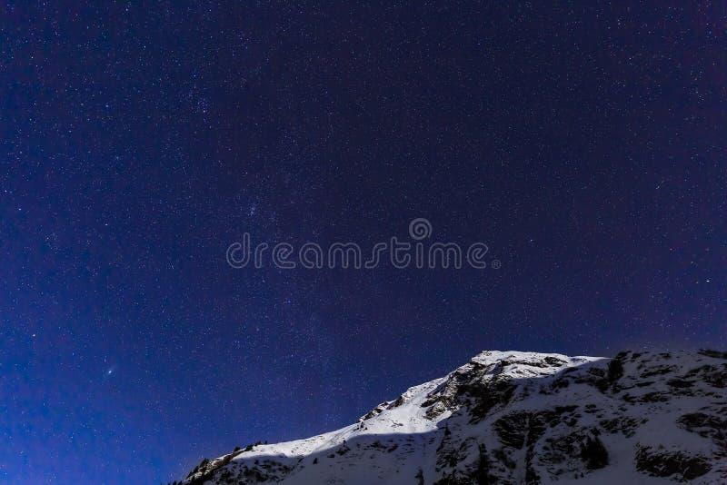 环境美化与山和蓝天在冬天夜 库存照片
