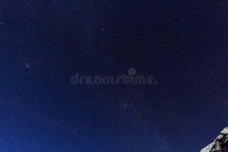 环境美化与山和蓝天在冬天夜 库存图片