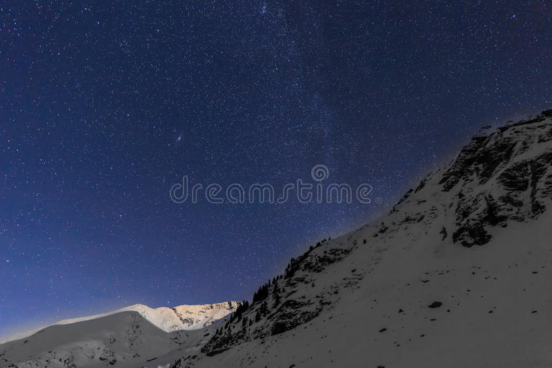 环境美化与山和蓝天在冬天夜 免版税图库摄影