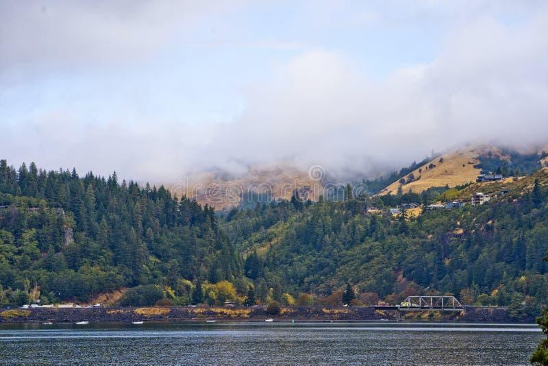 环境美化与早晨阴霾山的哥伦比亚河和 免版税库存图片