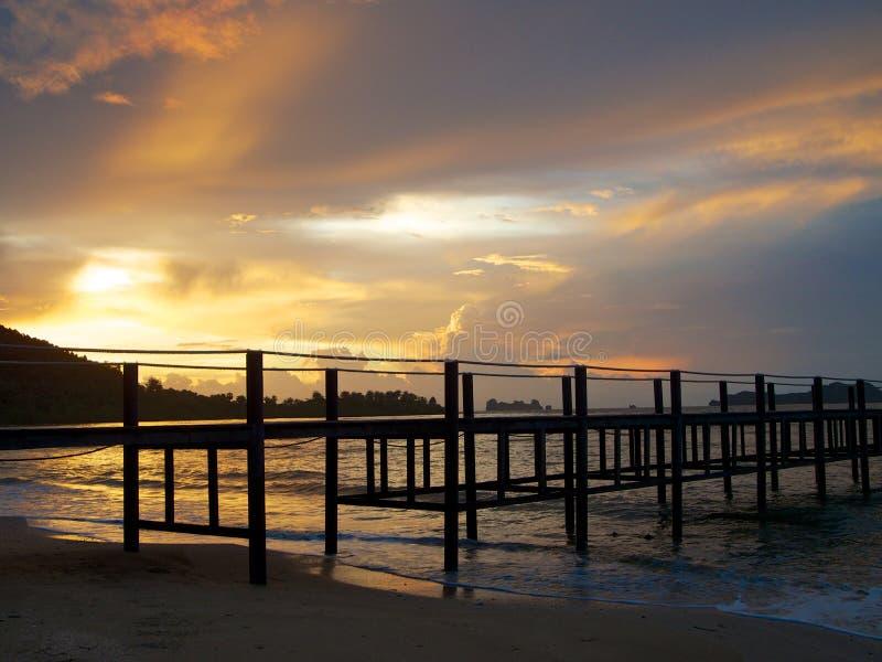 环境美化与木码头和美丽的天空在日出 免版税库存照片