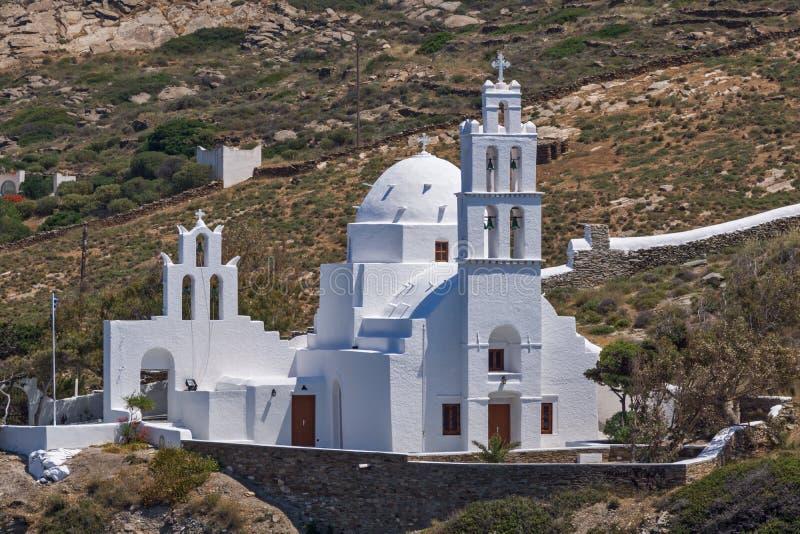 环境美化与白色教会在Ios,希腊镇  免版税库存照片