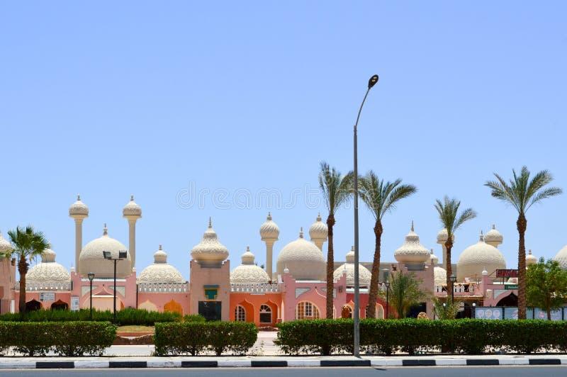 环境美化与美丽的寺庙,清真寺,与圆的圆顶的大厦在反对backd的阿拉伯回教回教埃及街道 免版税图库摄影