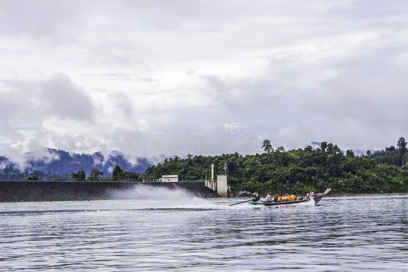 环境美化与背景山树和薄雾和一个湖前面的,在重的雨天以后 恶劣的采光条件 免版税库存图片