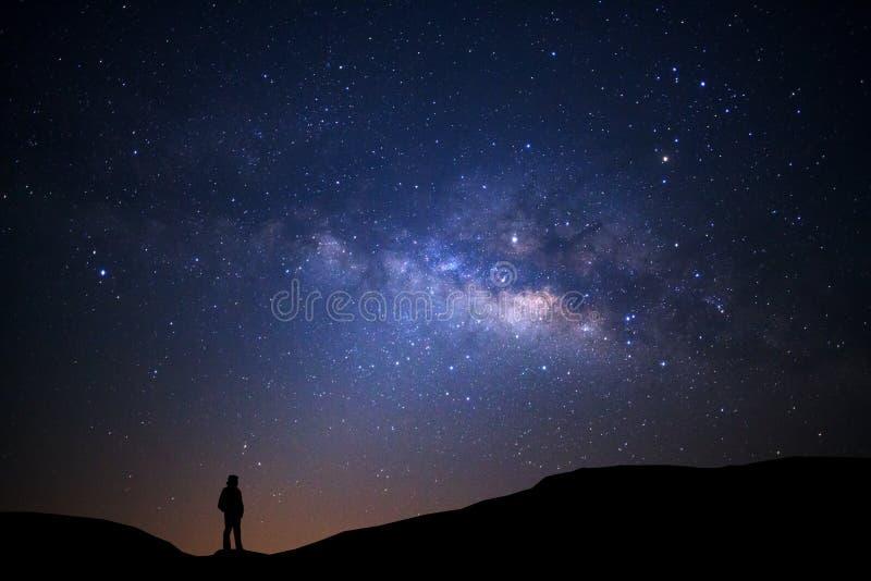 环境美化与银河、夜空与星和剪影  免版税图库摄影