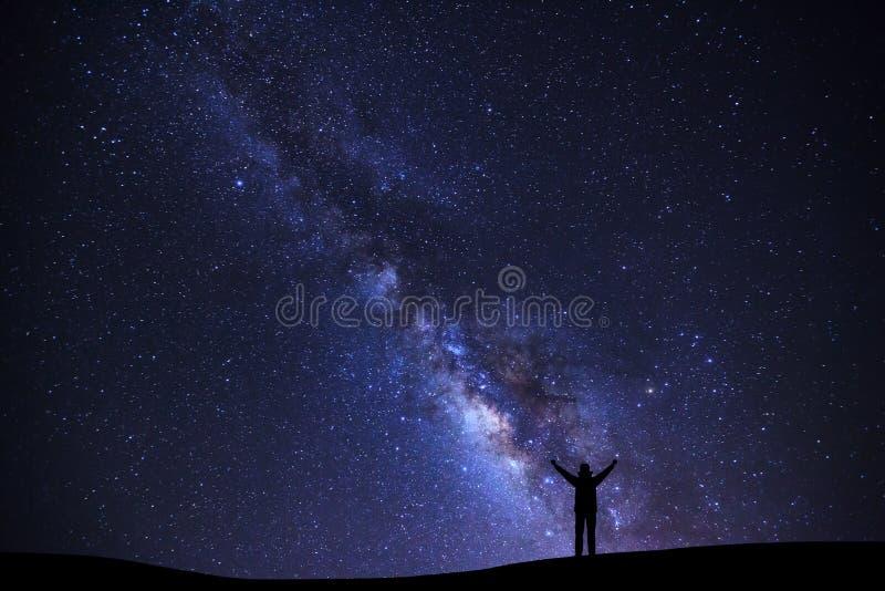 环境美化与银河星系,与星的繁星之夜天空和 库存图片
