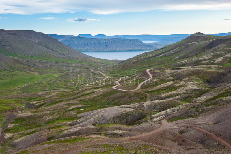 环境美化与难以置信的ofroad轨道,山口通过海湾,冰岛 库存图片