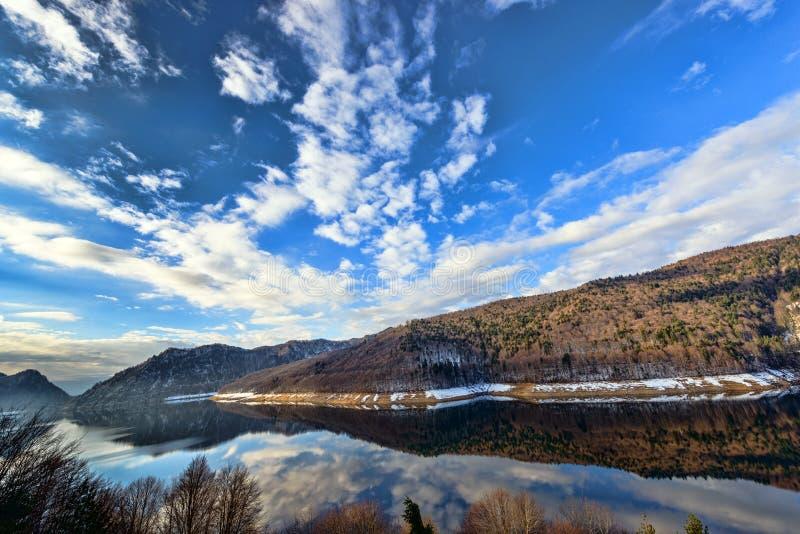 环境美化与水坝湖Vidraru,在罗马尼亚 免版税库存图片