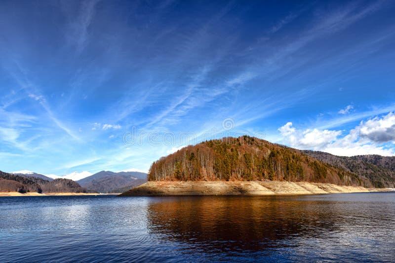 环境美化与水坝湖Vidraru,在罗马尼亚 库存照片