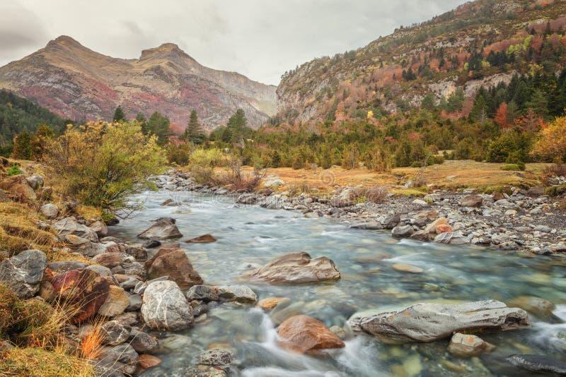 环境美化与Bujaruelo谷的, Aragonese Ara河 库存照片