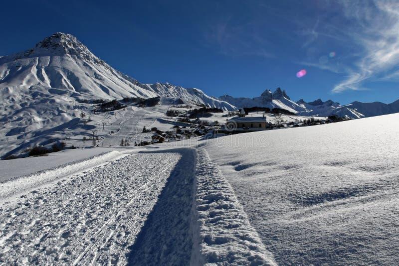 环境美化在多山滑雪胜地在冬天,法国alpes 库存照片