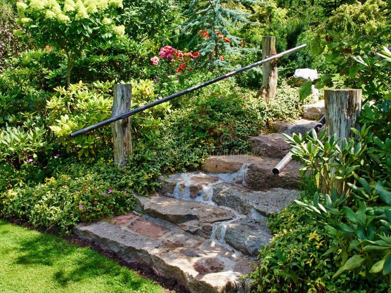 环境美化在家庭菜园的自然石台阶 图库摄影