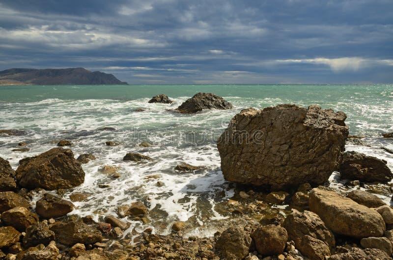 环境美化在海,在黑海,克里米亚的岩石岸的海浪 免版税库存图片
