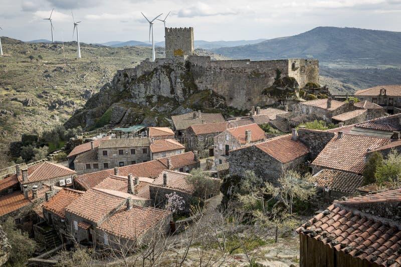环境美化有在Sortelha村庄和城堡的一个看法 库存图片