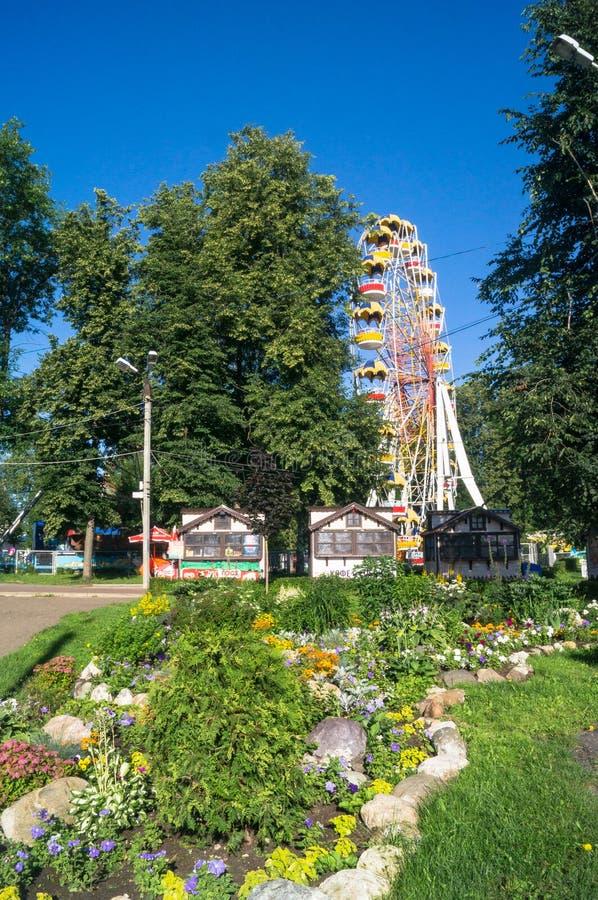 环境美化的疆土的看法和弗累斯大转轮吸引力在城市停放,特维尔,俄罗斯 免版税库存图片