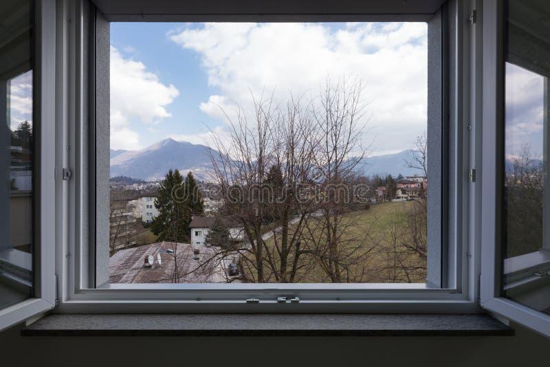 环境美化看见从私人公寓窗口,开窗口 免版税库存图片