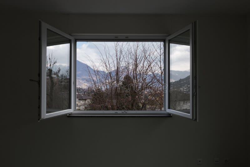 环境美化看见从私人公寓窗口,开窗口 库存照片