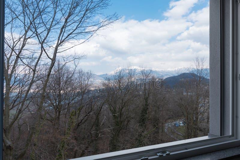 环境美化看见从私人公寓窗口,开窗口 免版税库存照片