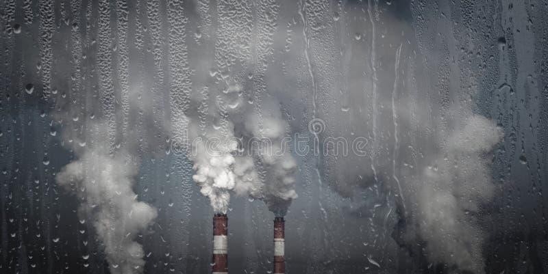 环境问题,温室效应 发烟性的烟囱 免版税库存图片