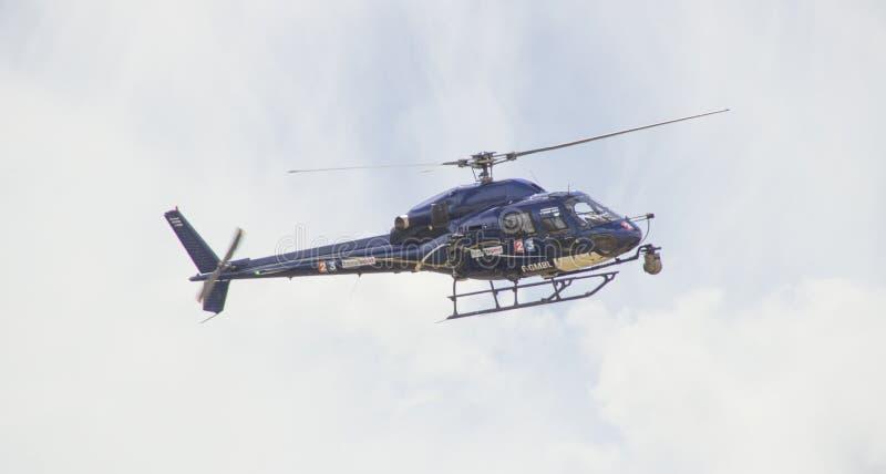 环法自行车赛2014反对明亮的天空的电视直升机 图库摄影