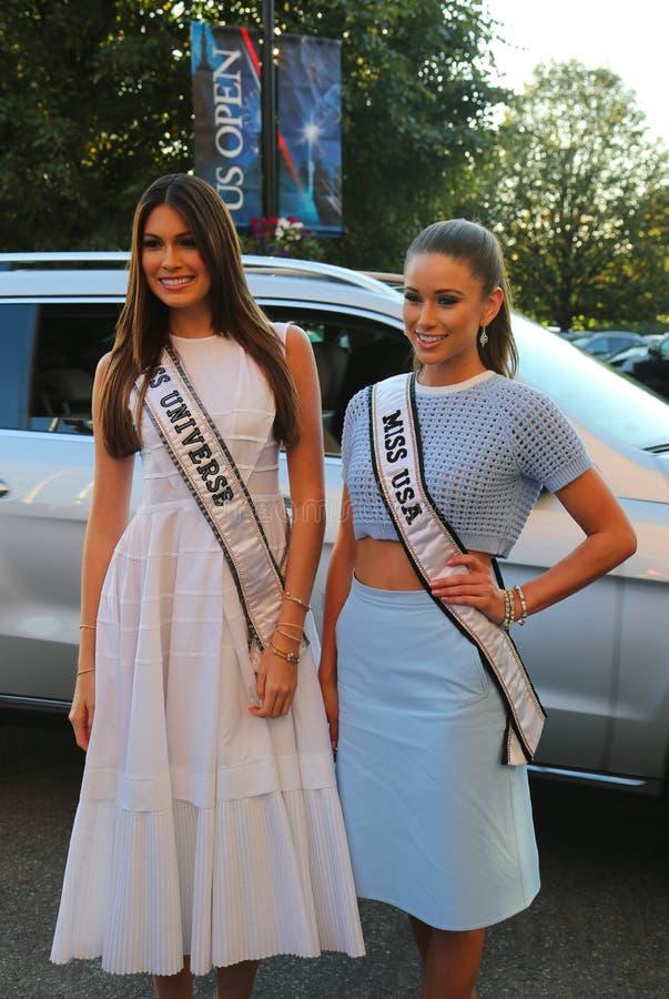 环球小姐2014年从委内瑞拉的加夫列拉Isler和美国2014年从内华达的Nia小姐桑切斯隆重的在美国公开赛前2014年 免版税库存图片