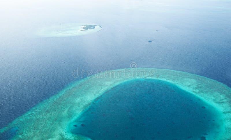 环礁和海岛在从鸟瞰图的马尔代夫 库存照片