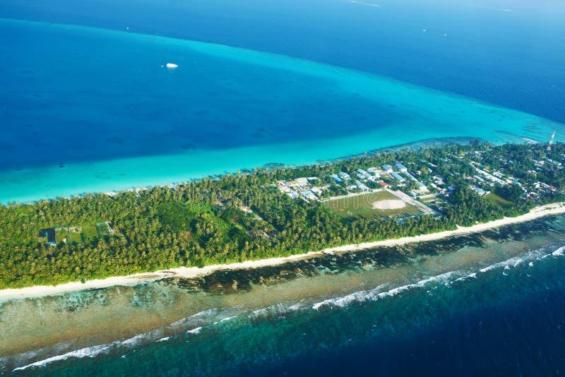 环礁和海岛在从鸟瞰图的马尔代夫 免版税库存照片