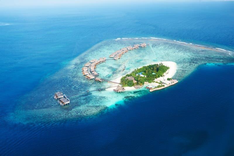 环礁和海岛在从鸟瞰图的马尔代夫 免版税图库摄影