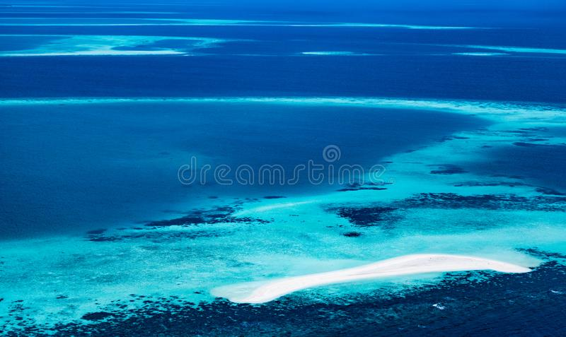 环礁在海洋 免版税库存照片
