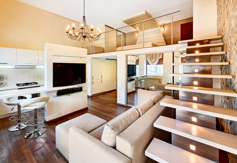 现代与楼梯的简单派二高的内部 免版税库存照片