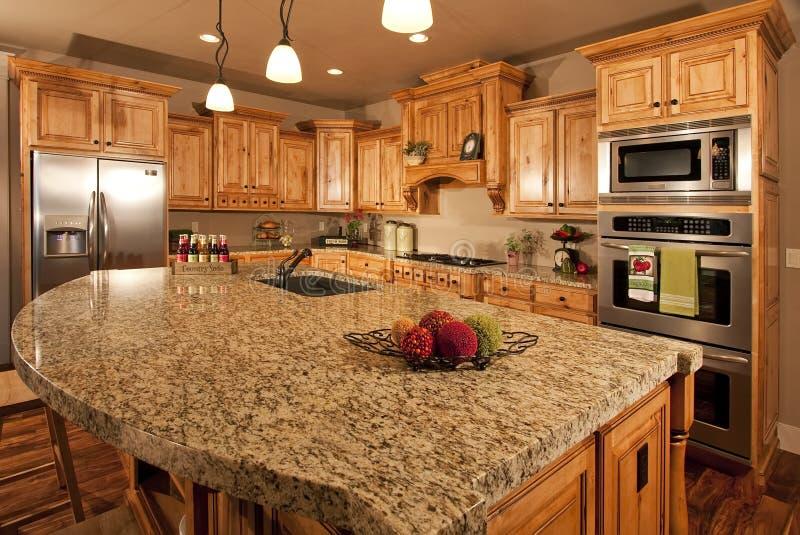 现代中心家庭海岛的厨房 免版税库存图片